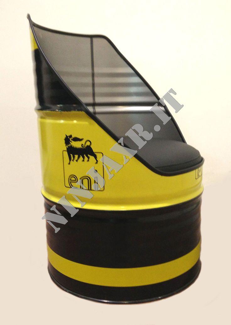 Poltrona realizzata da un fusto di olio industriale ENI con cuscino in vera pelle.