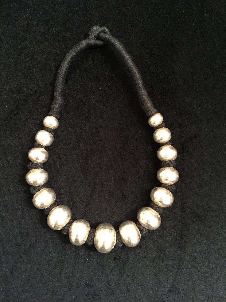 Bolas de plata con cordón negro. www.litticomplenentos.com