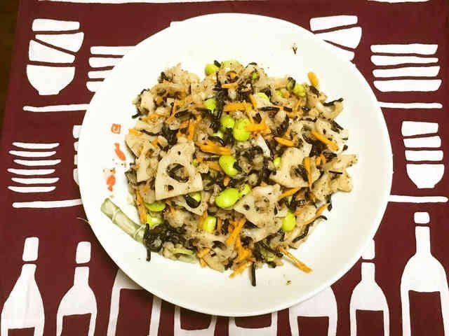 もち麦とひじきと根菜の和風サラダ  ナチュラルローソンで購入したサラダが美味しかったので再現してみました。 本物はキヌアも入っていました。 材料 茹でたもち麦 大さじ4 レンコン 5センチ 人参 3センチ ひじき(乾燥) 10~15g 枝豆 お好みの量で ■ <ドレッシング> ごま油 大さじ2 お醤油 小さじ2 みりん 小さじ1 塩 少々 生姜すりおろし 2かけ~お好みで 作り方 1 ひじきは水で戻して食べやすい大きさにカットする。 人参は千切りにする。 2 レンコンはいちょう切り&薄切りで茹でておく。 3 材料を全て混ぜたら胡麻油を先に入れて混ぜる。 残りの調味料を入れて混ぜる。 4 元になったナチュラルローソンのもち麦とキヌアの和風サラダ。 5 薄味が好みなのでお醤油やお塩はお好みで足して下さい♪ コツ・ポイント 材料は細かめに切った方がドレッシングともち麦がからみ易いです。 生姜は多めの方が味がしまって美味しいです。 先に材料を胡麻油でコーティングして下さい。 お好みで出来上がりに胡麻油を少量入れると香りが良いです。