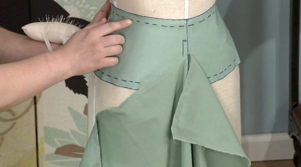 Threads Associate Editor Stephani Miller walks you through the basic principles of draping a skirt.