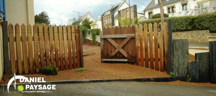 Cette palissade avec son portillon en bois exotique donne un coté original à cette entrée.