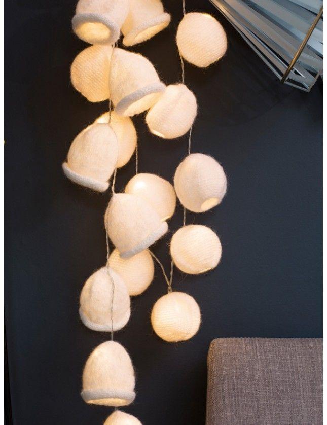 Lyslenken blir ekstra trivelig med disse trekkene: strikket eller heklet og tovet. Garnpakke i Alpakka fra Dale Garn.