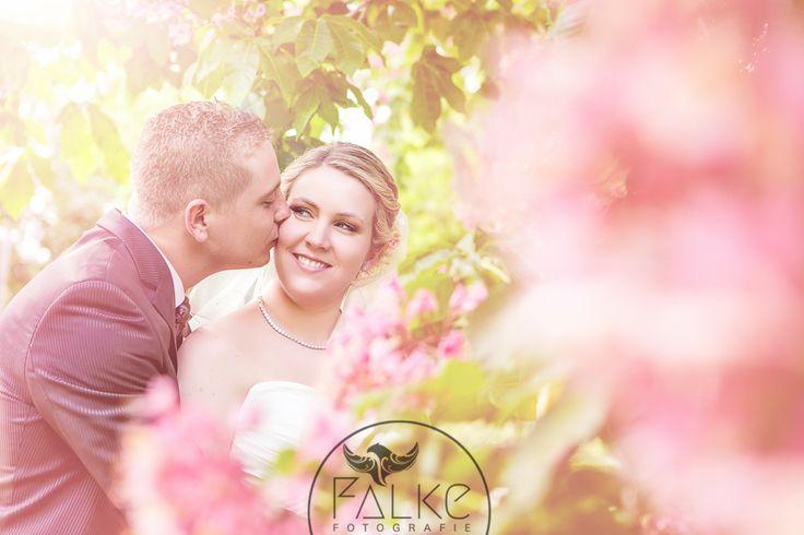 Wedding Luisenpark Mannheim Hochzeit Hochzeitsfotos Brautpaarfotos Fotoshooting Brautpaar Blumen blühende Bäume Hochzeit im Mai