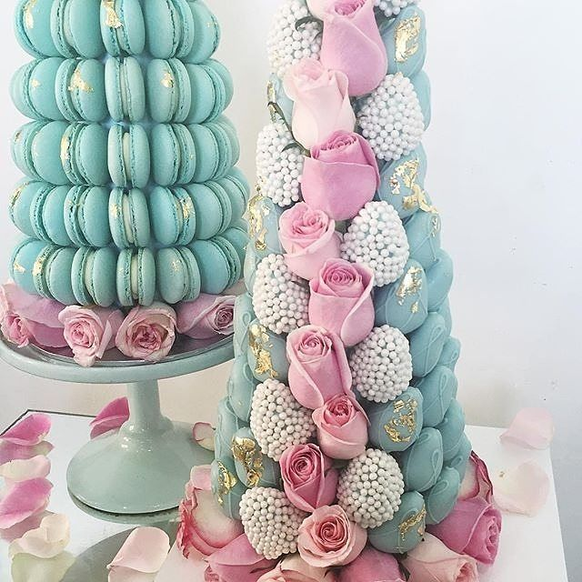 Teal towers of deliciousness with @strawberriesandco_ Love these colors of chocolate strawberries, macaroons and fresh blooms! #StrawberriesandCo #strawberries #chocolate #chocolatelover #dippedberries #dippedstrawberries #macaroons #instafood #bridalshow