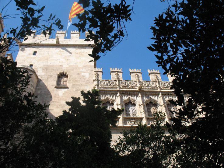 De zijdebeurs / handelsbeurs en wisselkantoor Lonja de la Seda gezien vanaf de Patio de Naranjos (de tuin met de sinaasappelbomen).