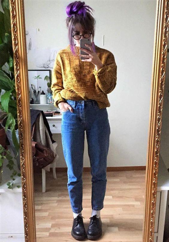 Suéter caramelo, calça mom jeans, oxoford preto, cabelo colorido