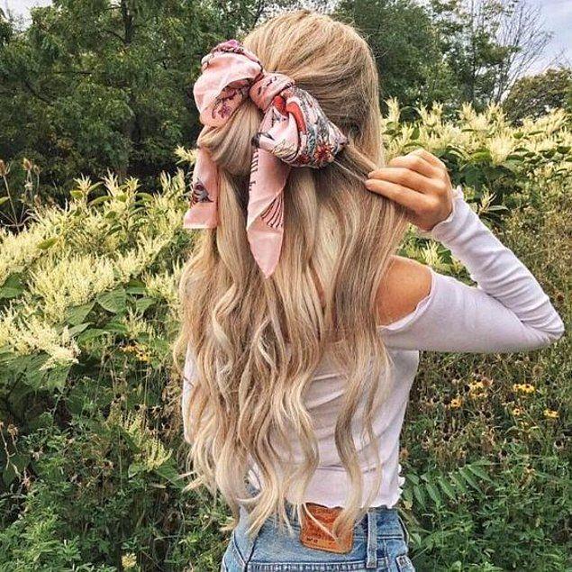 Sie können mit Ihren Haaren einen anderen Look erzielen, den Sie mit einem Schal sammeln.   – Kadın Modası