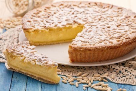La torta della nonna (grandma's custard pie) è un delicato dolce tipicamente ligure, ma diffuso anche in Toscana, composto da un involucro di pasta frolla ricoperto di pinoli e zucchero al velo che nasconde un ripieno di golosa crema pasticcera.  #ricetta #dolci