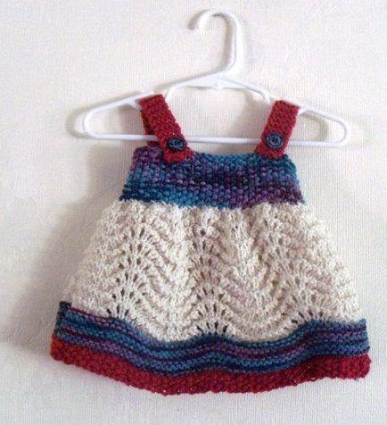 Asklı düğmeli tığ işi bebek elbise modeli