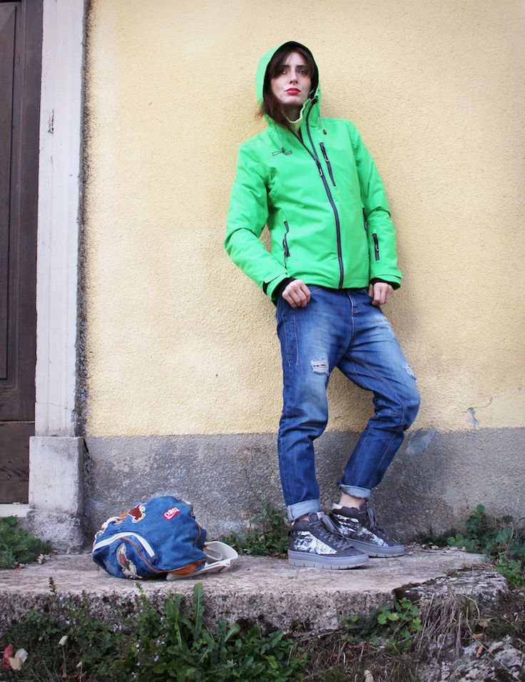 #sporty #outfit #green #mountain #jeans #sneakers #backpack #fashionblogger