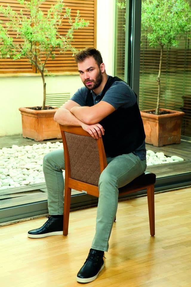 Ο γνωστός τραγουδιστής Giorgos Sampanis φωτογραφίζεται για τις ανάγκες του περιοδικού YouWeekly.gr στους χώρους του Central Athens Hotel.
