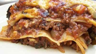 Ricetta tradizionale: lasagne alla boscaiola INGREDIENTI:  300 grammi di macinato di maiale 250 grammi di fusilli 50 grammi di concentrato di pomodoro quanto basta di olio extravergine di oliva 1 cipolla quanto basta di acqua quanto bas #ricetta #dolce #castagne