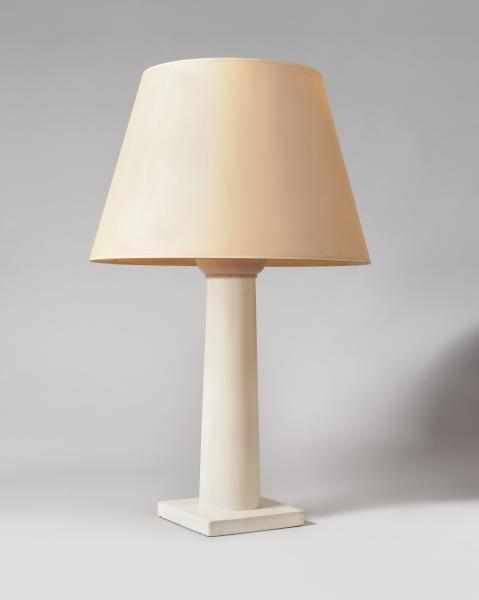 JEAN-MICHEL FRANK (1895-1941 ) Colonne Lampe de table en plâtre en forme de colonne toscane, sur une base carrée. Vers 1935. Sous la base semelle de maroquin fauve sur laquelle figure l'estampille J.M. FRANK (peu lisible ) et un numéro 134… (Autres chiffres illisibles). Hauteur : 53,4 cm