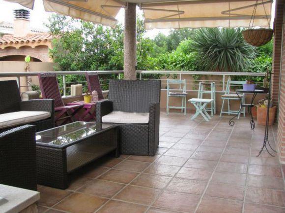 CASTELLON, BENICASIM. Alquiler chalet independiente en parcela de 400m². Dispone de 5_dormitorios, 3 baños, cocina, salón con chimenea, 3 terrazas y jardín privado con #piscina y #barbacoa. Ubicado en la mejor zona de Benicasim, a 7 minutos andando de la #playa_de_la_Almadraba, #Voramar y del pueblo y a 4 minutos andando de supermercados y restaurantes. A dos minutos de la #vía_verde_del_mar, que le comunica al pueblo y a #Oropesa_del_Mar.   ref:10677 #casa_grande_en_Castellon