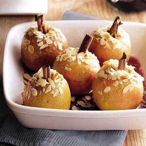 Gevulde appeltjes uit de oven /  - 4 zoete appels, bij voorkeur braeburn    - 6 eetlepels bosbessenjam (pot a 450 g)     - 4 theelepels bruine basterdsuiker     - 4 kaneelstokjes     - 1/2 zakje amandelschaafsel (a 45 g)