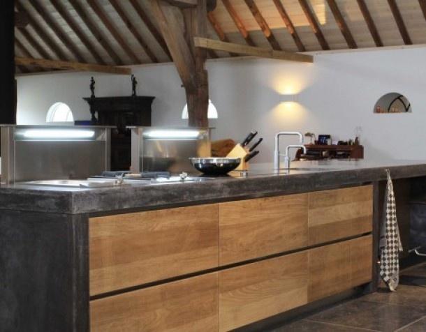 Mooie keuken met combinatie hout en beton.