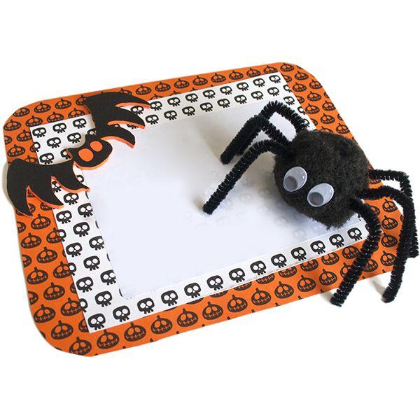 #Invitación #Hallowen con cartulina impresa, goma eva y araña de pompón negro y patas de limpia pipas #diy #gomaeva