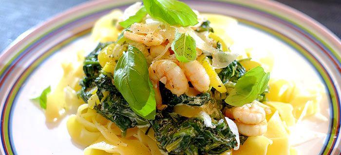 Deze pappardelle met spinazie a la crème en knoflook-garnaaltjes staat in 25 minuten op tafel. Hier mijn recept voor dit snelle pastagerecht.