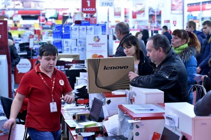 Russos enchem lojas para se desfazerem da moeda que está a perder face ao dólar http://angorussia.com/noticias/mundo/russos-enchem-lojas-para-se-desfazerem-da-moeda-que-esta-a-perder-face-ao-dolar/