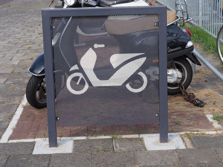 Op maat gemaakte wind schermen voor een scooter parkeerplaats.