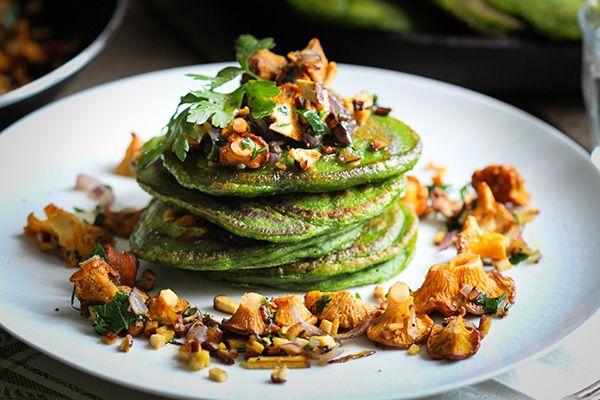 Spinat-Pancakes mit gebratenen Pfifferlingen