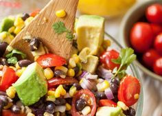 Σαλάτα με αβοκάντο και μαυρομάτικα φασόλια Καλοκαιρινή δροσερή γεύση με λίγες θερμίδες.