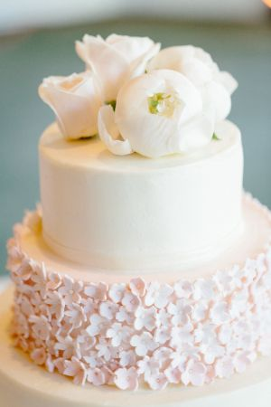 Ivory Wedding Cake With Pink Daisy Sugar Flowers | photography by http://erinheartscourt.com/