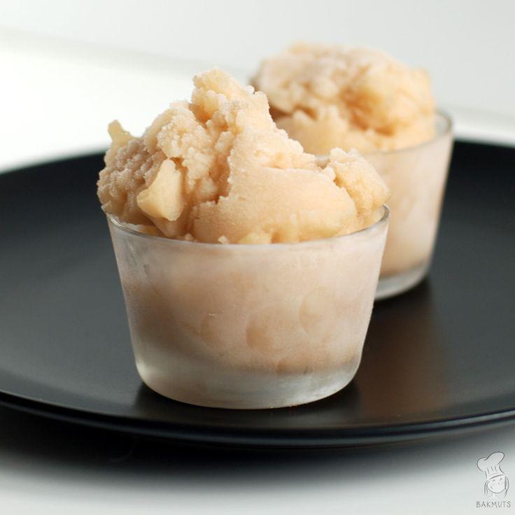 Homemade perenijsjes van rijpe peren en een beetje suikersiroop. Maak ze met de ijsmachine of in ijsvormpjes! (Lees het recept via de bron.)