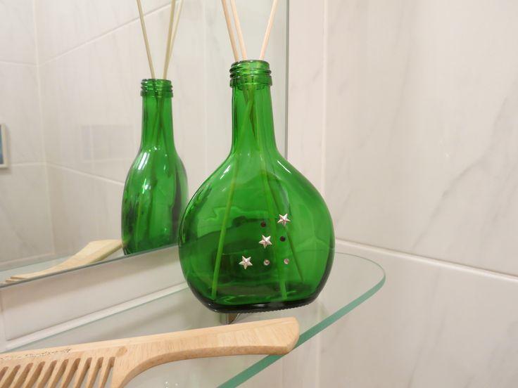 Die Boxbeutelflasche habe ich mit ein paar Strasssteinchen und Metallsternen verziert. Sie dient momentan als Duftöl-Behälter.