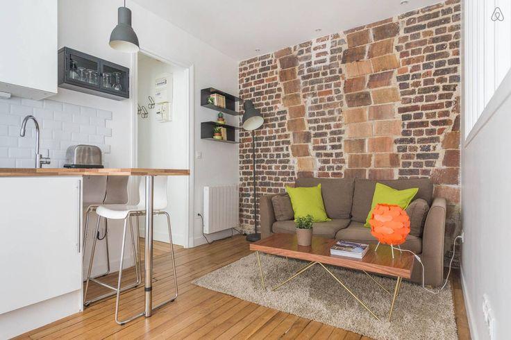 Кухня-гостиная. Микро-кухня, барный стол на 2 стула. Кирпичная стена, серый диван + ярко-зеленые подушки
