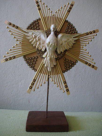 Divino em madeira, resplendor em madeira e bambu com base em madeira e aste em ferro