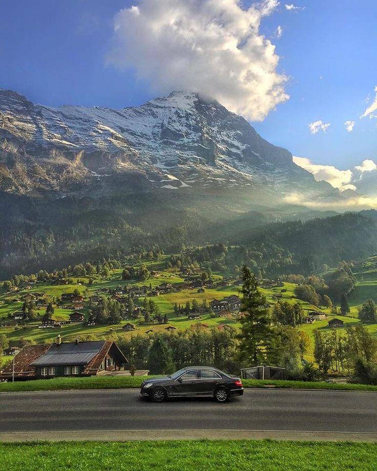 Andar de trem pela Suíça é isso. Nem pense em aproveitar pra dormir ou fazer qualquer outra coisa: você não vai querer perder uma vista dessas pela janela, né? Essa é Grindelwald, no caminho pro Jungfraujoch, a mais alta estação da Europa.