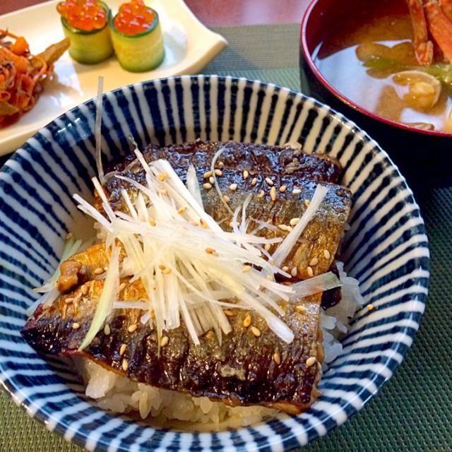 前菜に使おうと思ってた三枚下ろしの秋刀魚ちゃんで蒲焼に骨も少ないからチビ〜ズも食べ易いし、私は鰻一人占めꉂꉂƱʊ꒰>ꈊ<ૢ꒱ - 51件のもぐもぐ - Kabayakidon(Bowl of Pacific saury&rice)秋刀魚の蒲焼丼 for kids by Ami