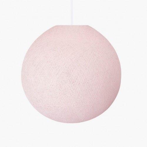 Preciosa Lámpara infantil de techo Ball, nos encanta imaginarla en las habitaciones infantiles. Su cálida luz envuelve el ambiente de dulzura y elegancia.  Queda ideal en cualquier estilo de decoración, así que sólo tienes que elegir tu acabado favorito.