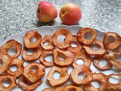 Appelchips; klokhuis verwijderen en dan de appels in dunne ringen snijden. Dan op de ovenschaal leggen en kanneel er over. Daarna kun je het beste ze 20 minuten op 200 graden in de oven en daarna 20min op 125 graden.  (Je kunt ook 80minuten op 125 maar heb vandaag geprobeerd of het korter kon en dat ging ook goed)