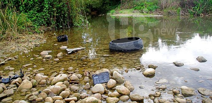 Fiume Tavo a Cappelle l'inquinamento del corso d'acqua