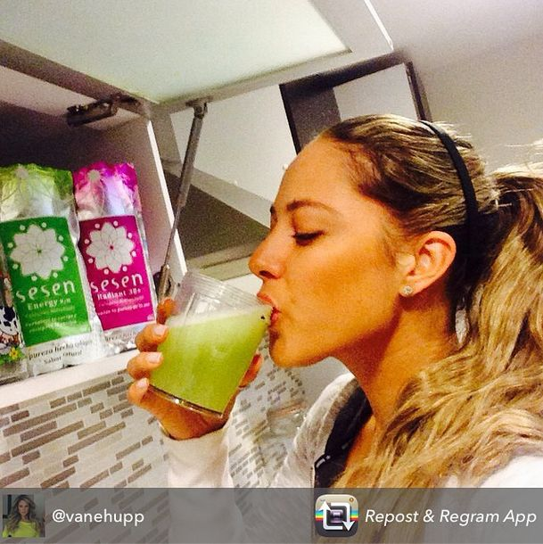 """¡Felices por la recomendación de Vanessa Huppenkothen! Vanessa Huppenkothen  """"#Repost Empezando el día con mi jugo verde y @sesencolageno para poner mi piel bonita"""" #Sesencolageno #sesen #colageno #mexico #belleza #beauty #piel"""