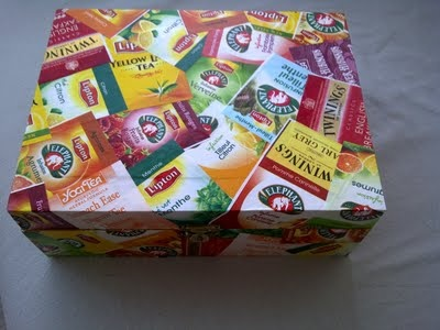 décorer une boîte de thé avec des emballages vides, quelle bonne idée !!!