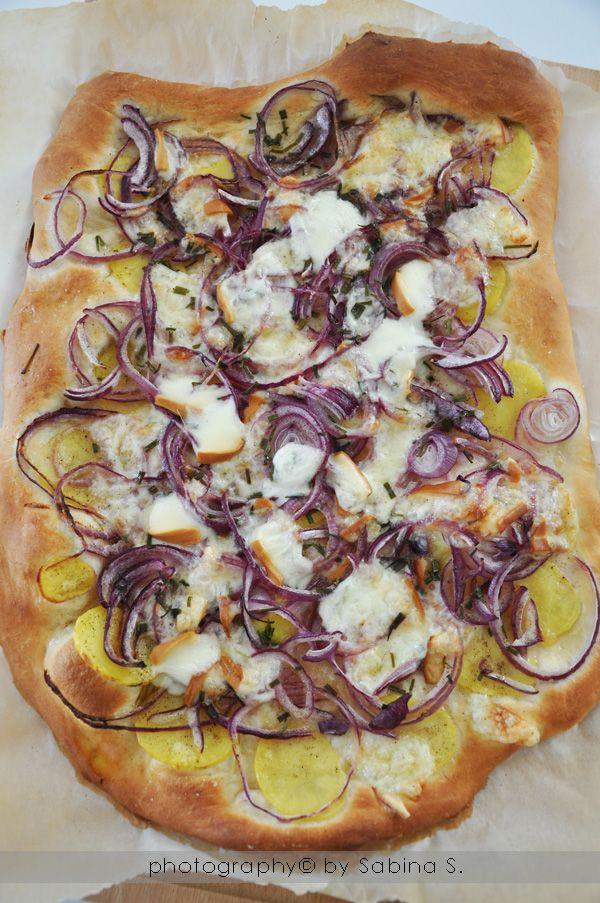 Due bionde in cucina: Pizza bianca con patate, cipolle e scamorza