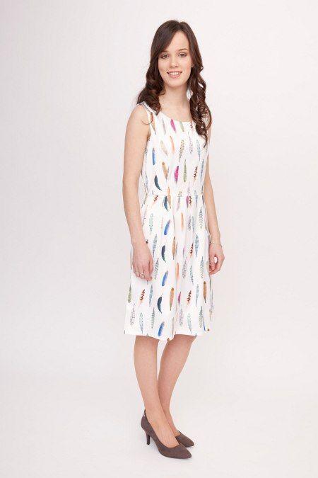 Dit mouwloze witte jurkje met gekleurde veren is gemaakt van een heerlijk soepele stof. Het jurkje is ideaal voor zomerse verjaardagen, barbeques of andere feestjes door de vrolijke uitstraling.