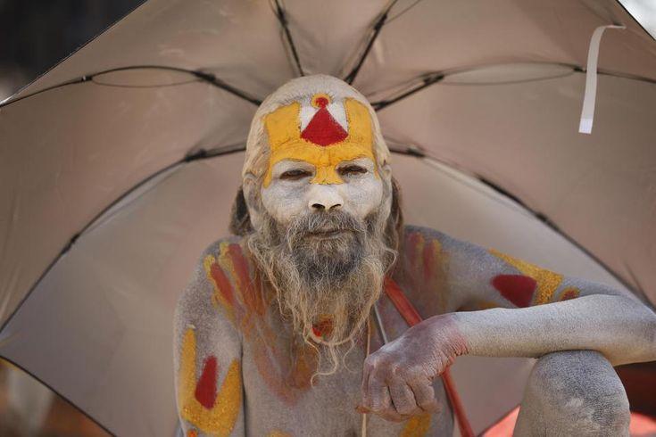 Колоритные портреты Индуистских паломников http://kleinburd.ru/news/koloritnye-portrety-induistskix-palomnikov/  Фестиваль Маха Шиваратри привлекает более чем 10 000 верующих, которые каждый год прибывают в Непал, на празднование Дня рождения Шивы. Тысячи последователей из соседней Индии также совершают паломничество, чтобы отдать дань уважения к Богу, который, по их мнению, отвечает за создание и уничтожение. Эти потрясающие снимки показывает как Индуисты поклоняются Богу в храме Пашупати…