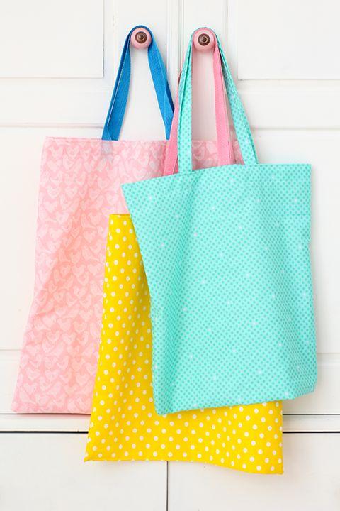 Het tijdperk van de gratis plastic tasjes is voorbij en regelmatig gebeurt het me dat ik dat vergeet. Ik trakteerde mezelf al op een mooie en heel handige rugzak van Fjallraven. Ik was klaar met die z