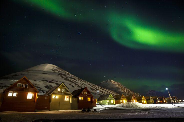 Nordlys over spisshusene i Longyearbyen på Svalbard.