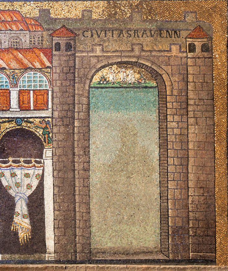 Basilica di Sant'Apollinare Nuovo, Ravenna. Mosaici dell'inizio del VI secolo. La porta di Ravenna vicino al Palatium. Nella lunetta Cristus victor, raffigurato fra due apostoli, con la croce sulla spalla mentre calpesta un serpente. Il periodo di Teodorico