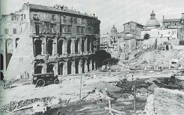 : Via del Teatro di Marcello – Lavori per la costruzione della via del mare e spianamento della rupe tarpea. Le demolizioni cominciarono nel 1926. Anno: 1931 ca.