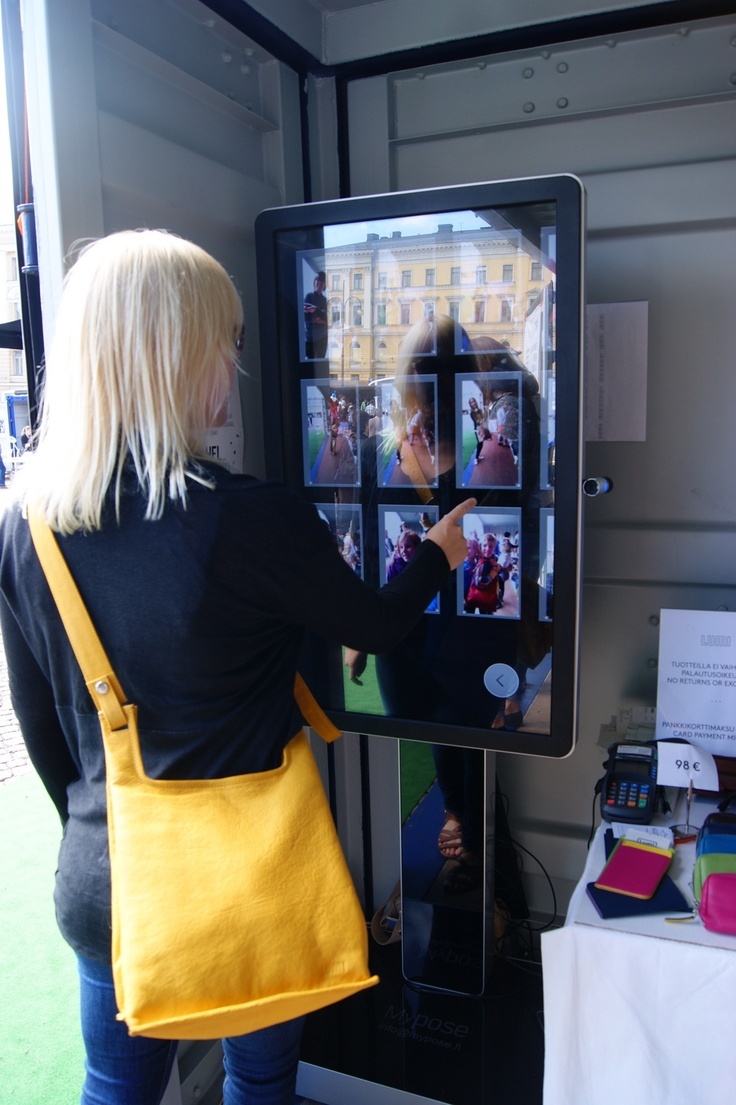 Lumi customer using myPose! in Helsinki Fashion Village on Senate Square of Helsinki. Photo by myPose! ltd.