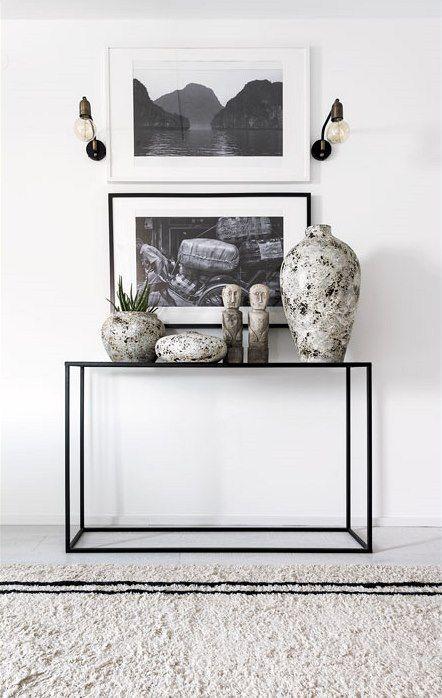 Chodbu zdobí konzolový stolek, fotografie s asijskými výjevy, dekorativní sošky primitivního umění, čínská váza a další stylové dekorace.