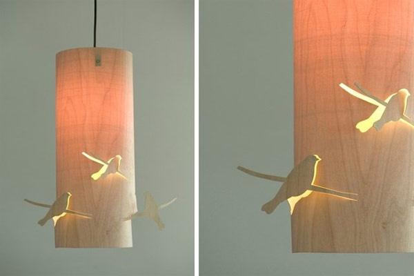 VOGELS  Zie ze vliegen met deze Bird Lamp van de Nederlandse ontwerper Martijn Westphal. De lampenkap werd gemaakt van een hele dunne plaat triplex, waaruit een aantal wegvliegende vogels werden gesneden.  285 euro