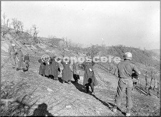 10divisione di montagna guardia cinque prigionieri tedeschi su una collina area mt belvedere