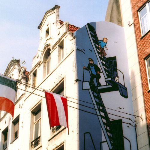 Tintin Drawing style applied on building ____ [escaliers] [dispositif sécurité incendie] [drapeaux, blason, écusson : identifie une collectivité, une municipalité...]